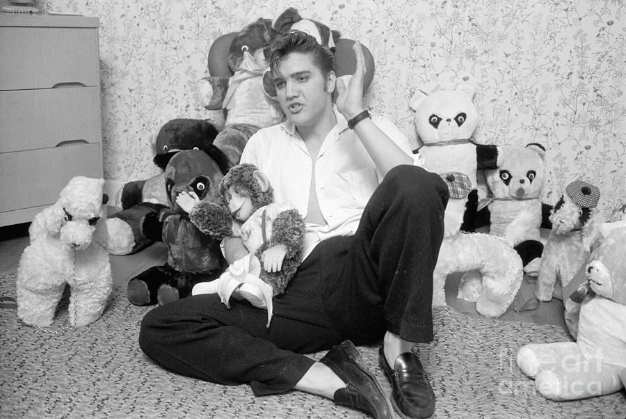 elvis-presley-at-home-with-teddy-bears-1956-phillip-harrington